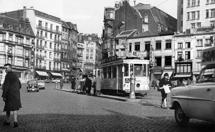 April 1958 : tram 48 steekt de Hoogstraat over richting Kapellemarkt. Foto ©bruxellesanecdotique.skynetblogs.be