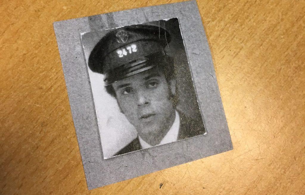 Dans sa poche, une photo de lui à son arrivée à la STIB, en 1969