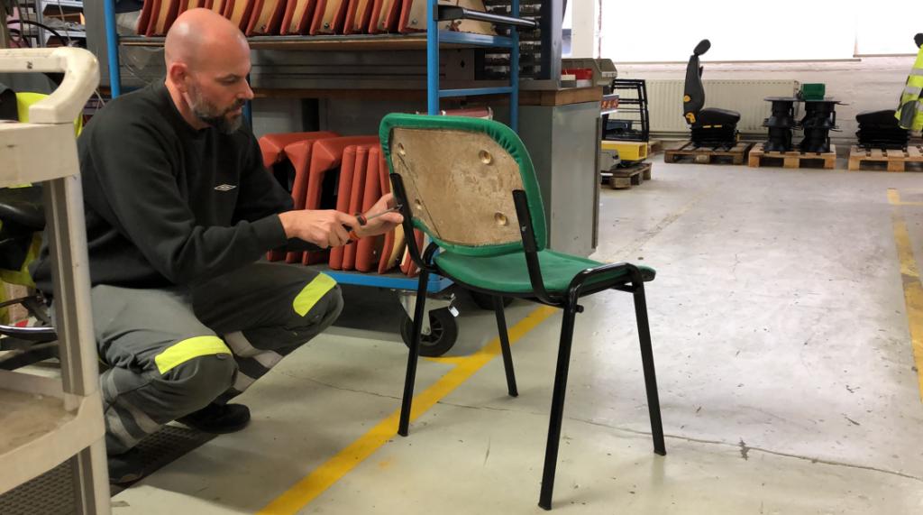 Arbeider demonteert stoel.