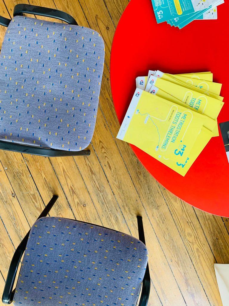 Beklede stoelen in infopunt Metro 3.